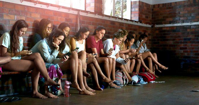 девушки и смартфоны