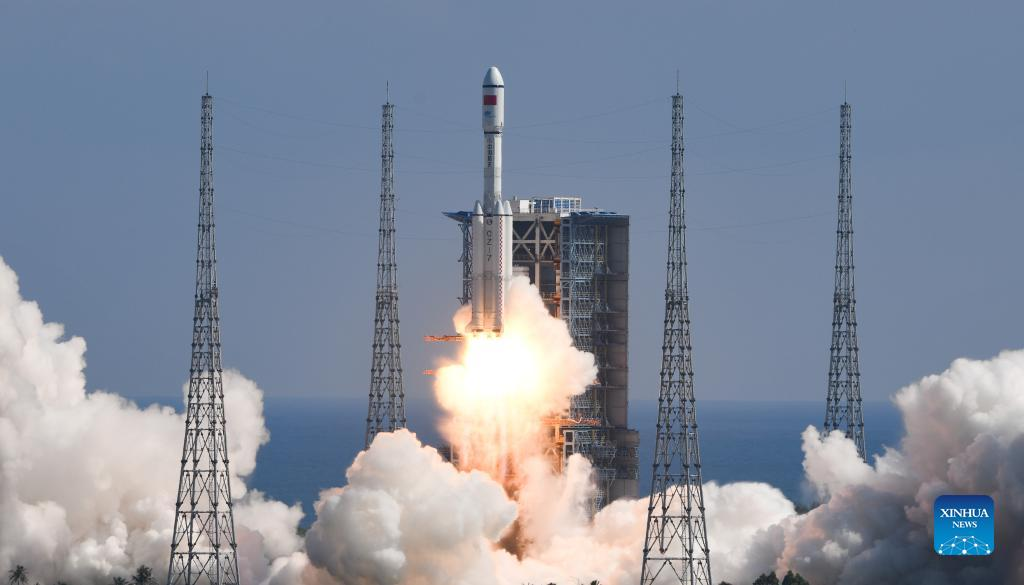 Китай отправил корабль с материалами для космической станции